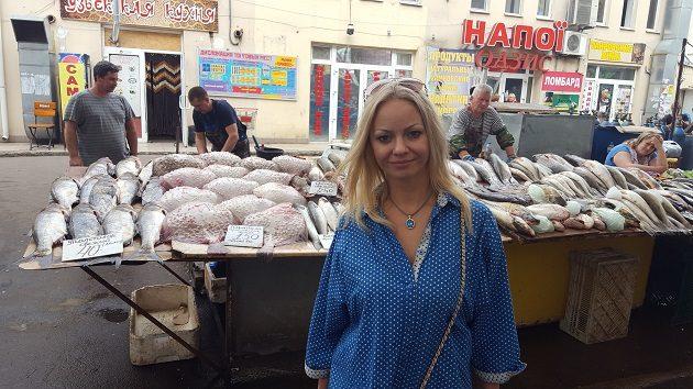 Tánya az ogyesszai Privoz Piac egyik halas előtt