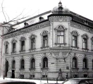 A Tavasz utca-Polgár utca sarkán álló épület (épült: 1901), amiben Weiss Pepi kocsmája is helyet kapott