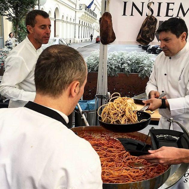 Készül a tészta (a bal oldalon, felül: Fausto di Vora)