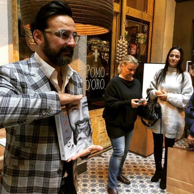 Gianni Annoni a könyv bemutatóján, Jobbra: Debreczeni Zita, a könyv portréfotóinak készítője