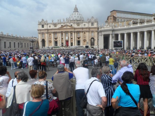 A Ferenc pápára váró tömeg (Róma, Vatikán, 2016)