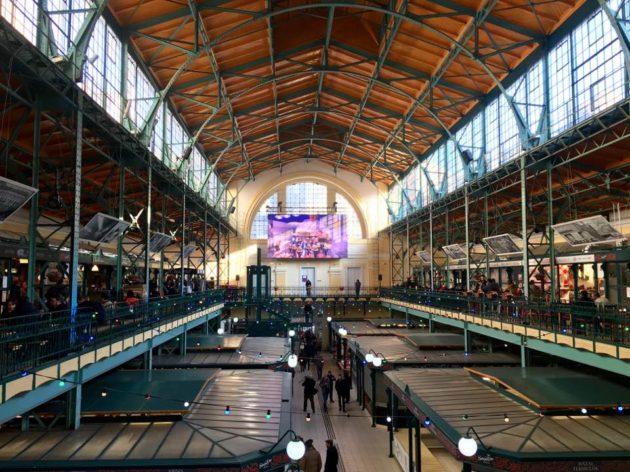 A Hold utcai Belvárosi Piac a Bocuse alatt üzemelő óriás kivetítővel.