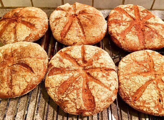 Rekonstruált, 12. századi normann kenyerek, amelyeket egy filmhez készítettem.