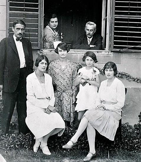 Krúdy Gyula és családja. Balról jobbra: ifj. Krúdy Gyula, Krúdy Ilona, ifj. Krúdy Gyuláné, Krúdy Zsuzsa, Krúdy Mária, Krúdyné Rózsa Zsuzsa, Krúdy Gyula (1928)