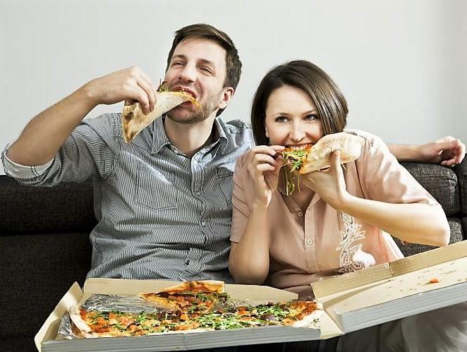 A férfiak nők társaságában 93%-kal több pizzaszeletet fogyasztottak, mint ha csak férfiakkal ettek.