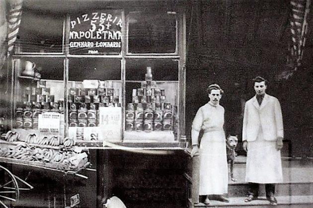 Amerika első pizzériájának tulajdonosa, Gennaro Lombardi, 1905-ben, a Pizzeria Napoletana előtt,