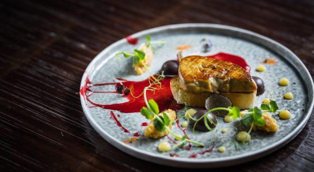 Grillezett libamáj tonkababos libamájhab bonbonnal, birsalmával, fekete szarvasgombával