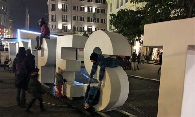 """A hatalmas betűkből kirakott """"Budapest"""" felirat továbbra is népszerű"""