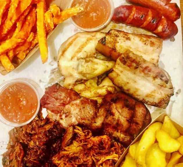 Debreceni, mangalica, pulled pork és beef, házi BBQ szósz...