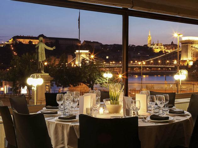 Kilátás a Sofitel Budapest Chain Bridge Paris Budapest étterméből