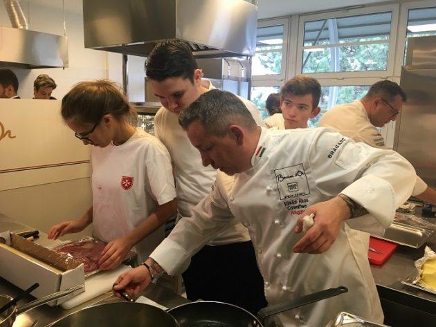 A Képen Sárközi Ákos (Borkonyha), és Wolf András (Salon Restaurant) főzés közben