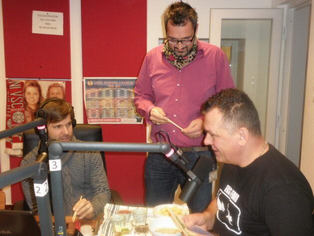 Sebestyén Balázzsal és Rákóczi Ferivel a hajdanvolt Class FM Morning Show-jában, amikor rovarokat készítettem a csapatnak.