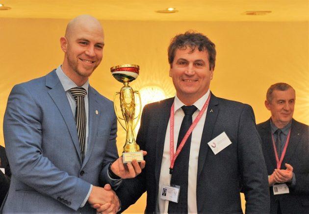Az 1. helyezett Angerman László (Onyx) és a díjat átadó Slezsák Zoltán (MASOSZ)