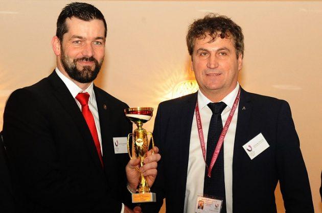 A 3. helyezett Kovács Norbert (Hotel Steirerschlössl Zeltweg) és a díjat átadó Slezsák Zoltán (MASOSZ)