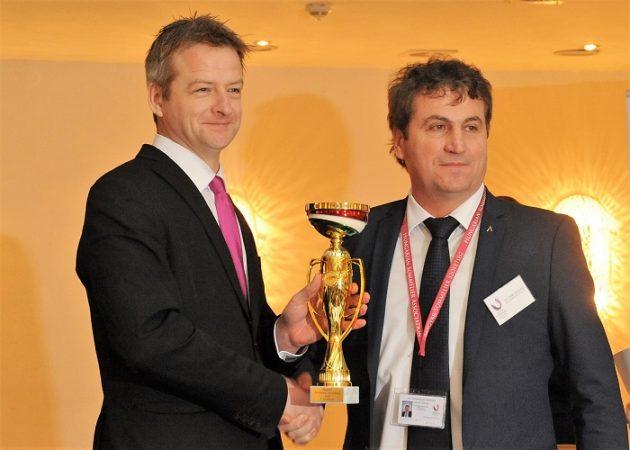 A 2. helyezett Tüü Péter (Arany Kaviár) és a díjat átadó Slezsák Zoltán (MASOSZ)