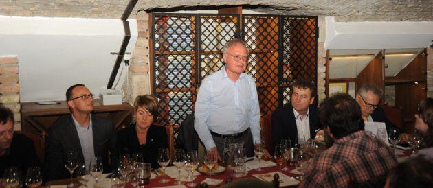 A Magyar Sommelier Szövetség nevében Dr. Kosárka József értékelte és köszönte meg a tállyai borászok több mint 20 tételből álló borsorát. (Fotó: Dékány Tibor, Bor és Piac)