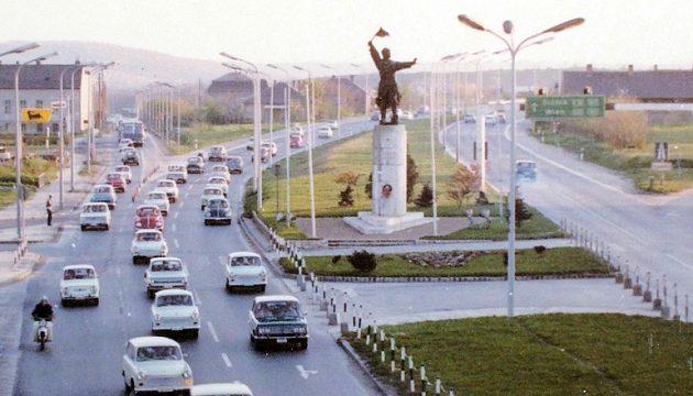 Az M7 autópálya kezdeténél álló, a szovjet Osztapenkó kapitányt ábrázoló szobort