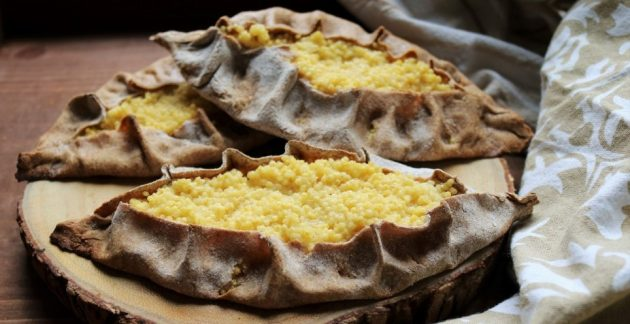 Kölessel készül juharsziruppal édesített karéliai pite (Karjalanpiirakka)