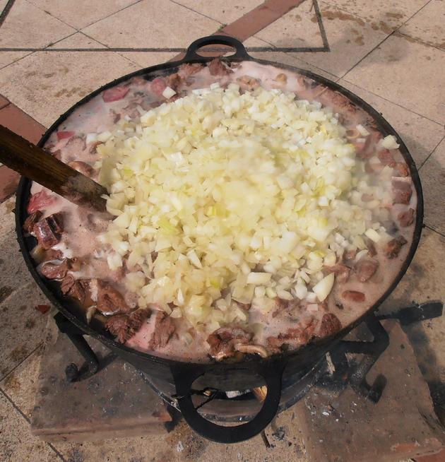 Karcagi birkapörkölt, ahogy Csontos György pásztor főzi