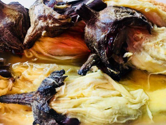 A megsült padlizsánokról a megégett külső héjat gondosan eltávolítjuk - Osama séf padlizsánkrém receptje