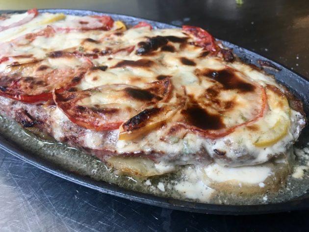 Osama séf receptje - A kofta darált-húsos rétegének tetejére finomra szelt hagymát, paradicsomot is tehetünk és tahinival bekenhetjük.