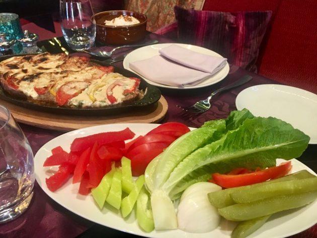 Osama séf receptje - A koftát tálaljuk zöldségekkel, ahogy a képen is látható
