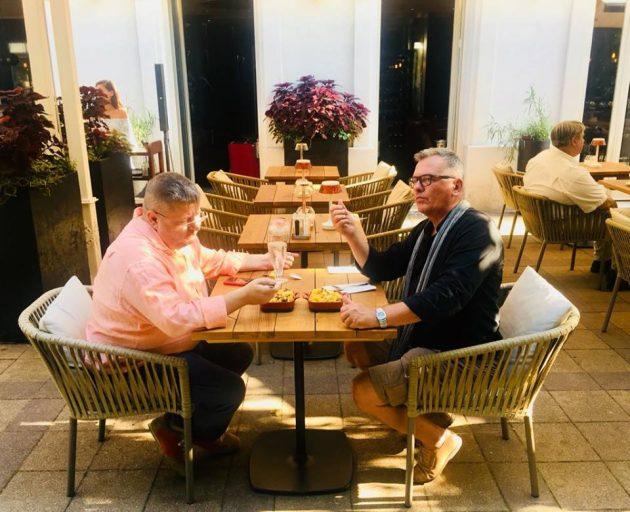 Harmath Csaba és Csíki Sándor az Enjoy étterem teraszán, Mac and Cheese ízlelgetése közben