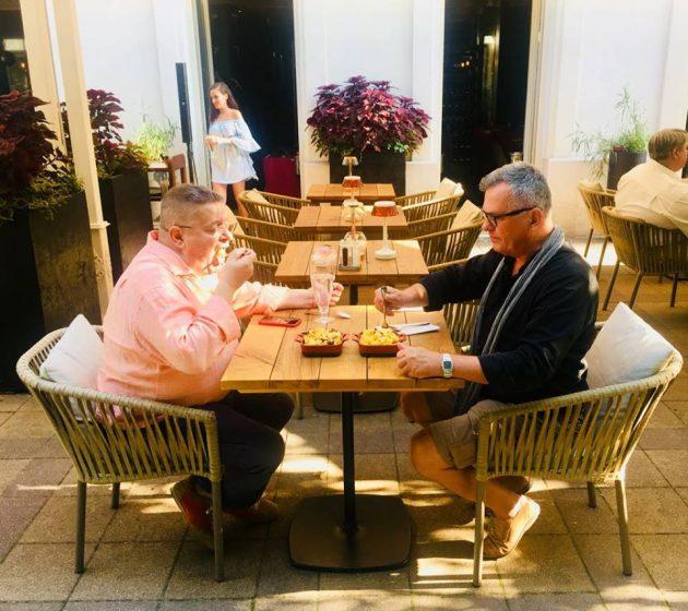 Harmath Csaba és Csíki Sándor a főzés végeztével, az Enjoy étterem teraszán, Mac and Cheese ízlelgetése közben