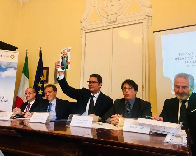 Massimo Rustico nagykövet úr a színházi előadás plakátját mutatja fel.