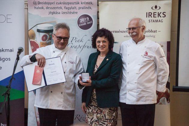 Varga Károly a díjátadást követen Dr. Lugasi Andreával és Dr. Sándor Dénessel.