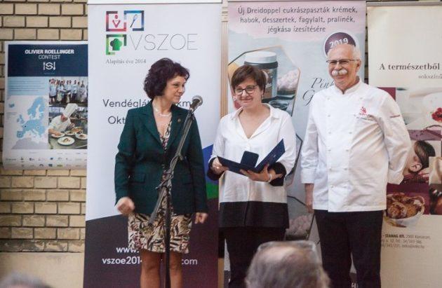 Olivier Roellinger díját Elisabeth Vallet, az Ethic Ocean igazgatója (középen) vette át. A képen Dr. Lugasi Andreával és Dr. Sándor Dénessel látható.