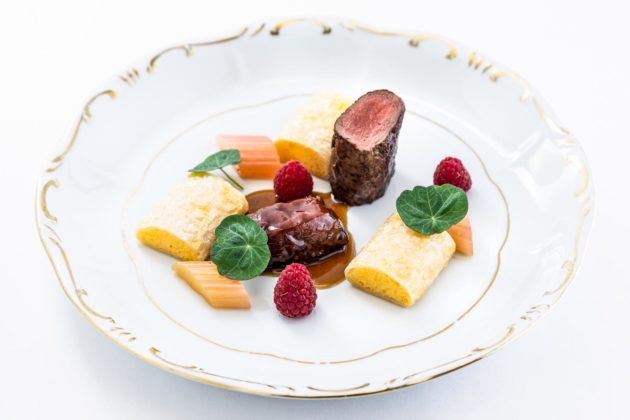 Rózsaszínűre sütött őzfilé, konfitált vaddisznó pofa, főtt grízes rétes, rebarbara (Litauszki Zsolt)