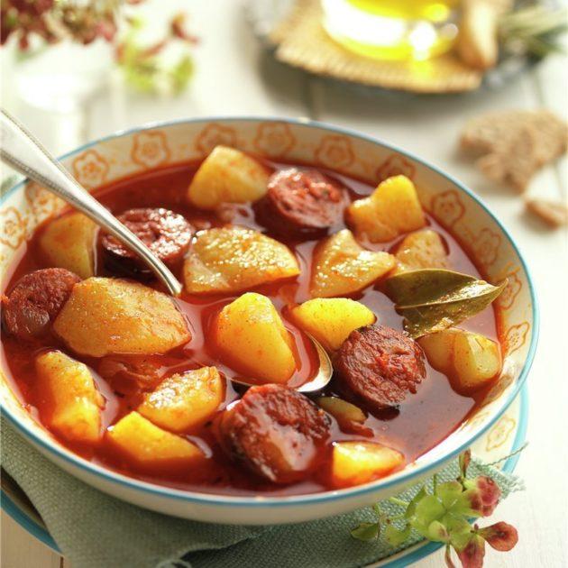 Rioja stílusú spanyol paprikás krumpli chorizo-val