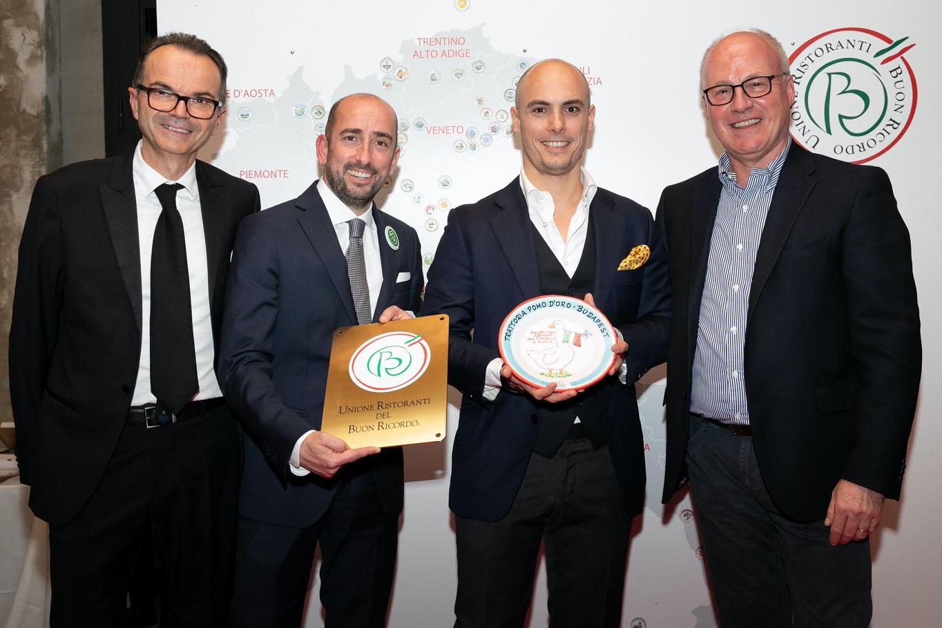 A Trattoria Pomo d'Oro Boun Ricordo tányérját Paolo Tommasi tartja a kezében