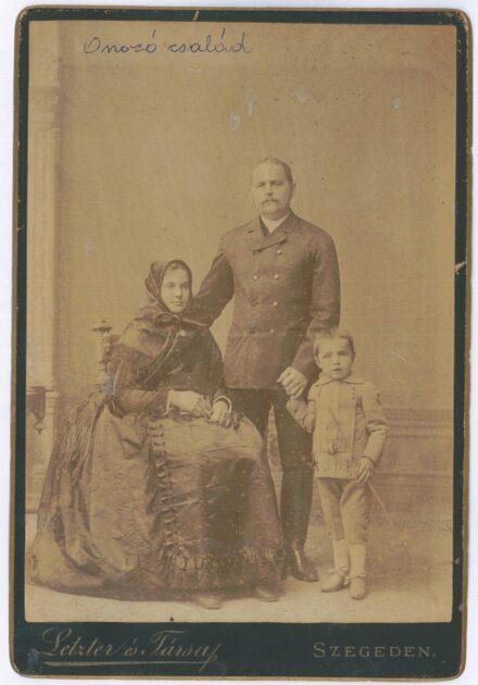 Onozó Lipót és felesége Dobó Julianna (Poldi néni) szül 1862 és fiuk Fotó Letzter és Társa 1882 körül