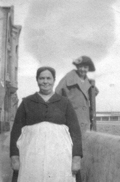 Poldi néni és Pálinkás Ruzzsály Anna a Halászcsárda előtt 1920 körül Szeged Erzsébet rakpart 6.