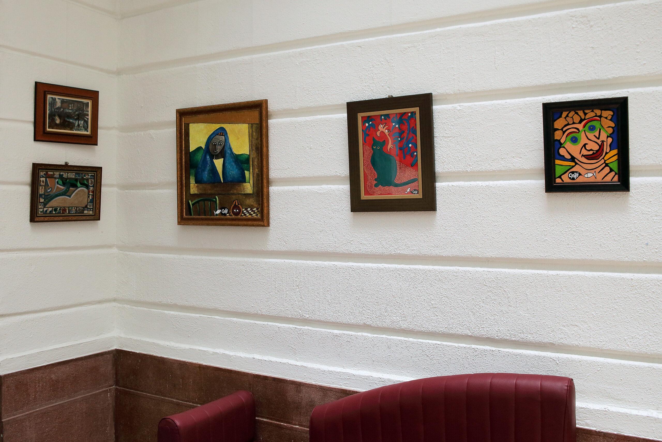 """2020. augusztus 5. Aranytíz Kultúrház: az """"Ördög a teraszon"""" című kiállításom megnyitóján. A kiállításon néhány korábban festett kép is szerepelt, mint a bal felső sarokban látható (1972), az alatta lévő (2002) és a mellettük lévő, nagyobb méretű kép (1980)."""