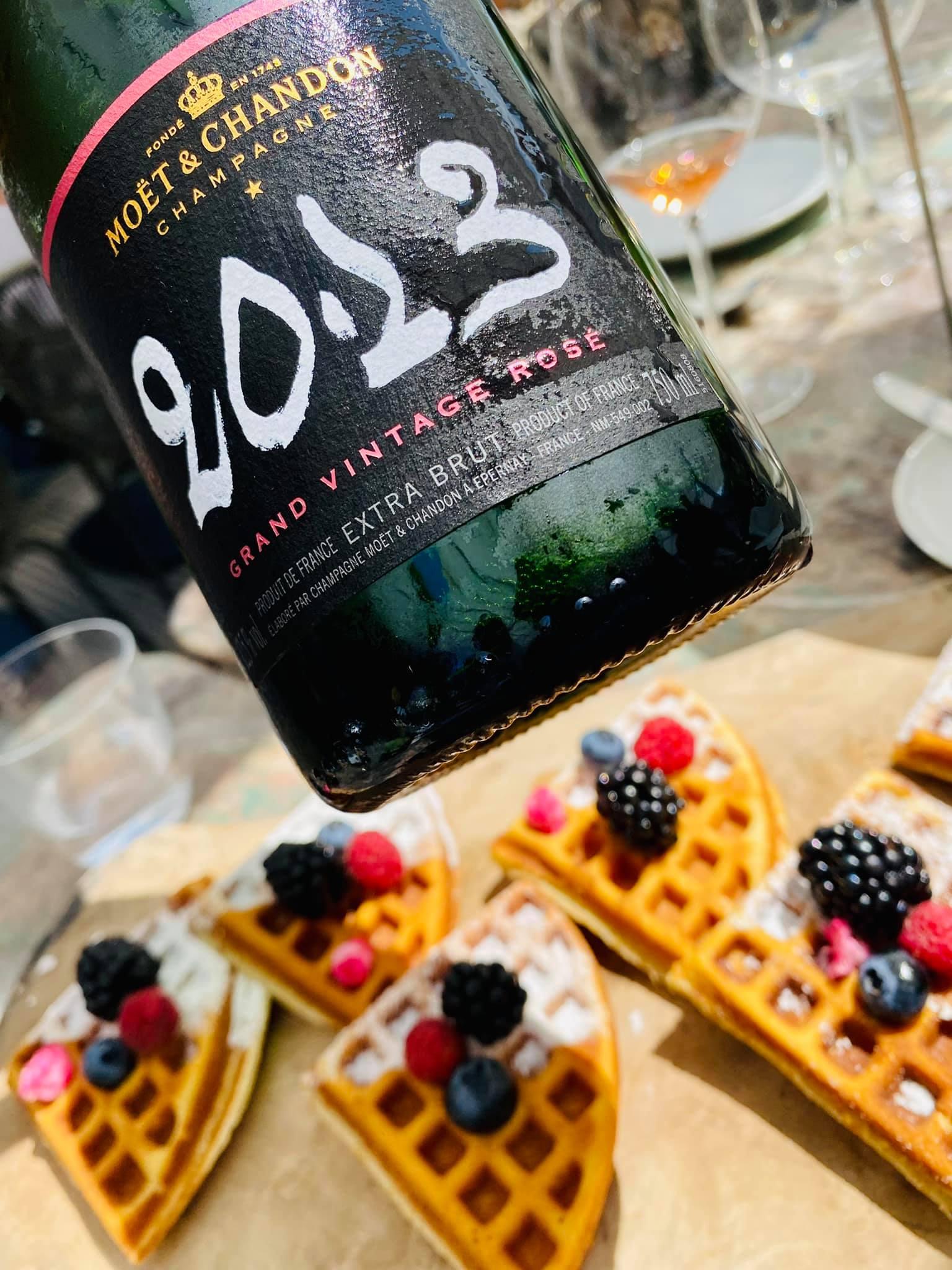 Felix waffle friss gyümölcsökkel és 2013-as Grand Vintage Rosé (Felix Kitchen&Bar)