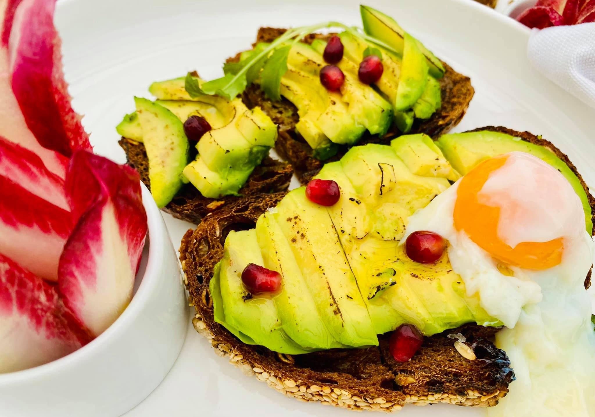 Avokádó toast, tökéletes tojással és gránátalma magvakkal (Felix Kitchen&Bar)