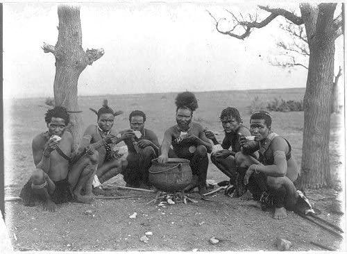 Az ezerkilencszázhúszas években készült kép, amit zulu férfiak a bográcsból esznek